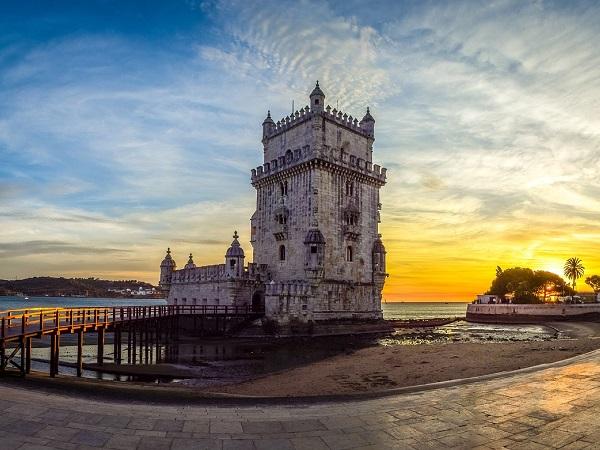 Si può visitare la magnifica Torre de Belém e, naturalmente, il Castello di Lisbona (Castelo de São Jorge), uno dei simboli della città e luogo di partenza per l'ignoto in cerca di nuove terre.