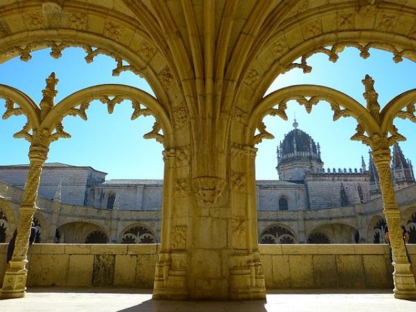 Si resta incantati dalla maestosità del Monastero dos Jerònimos, indiscusso capolavoro del periodo manuelino eretto a celebrare la scoperta della Via per le Indie da parte di Vasco da Gama.