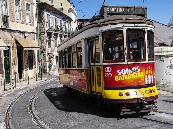 Lisbona è discreta, per nulla invadente; ti dà respiro e te lo toglie inaspettatamente, con le sue case aggrovigliate dai colori sbiaditi e allo stesso tempo vivacissimi.