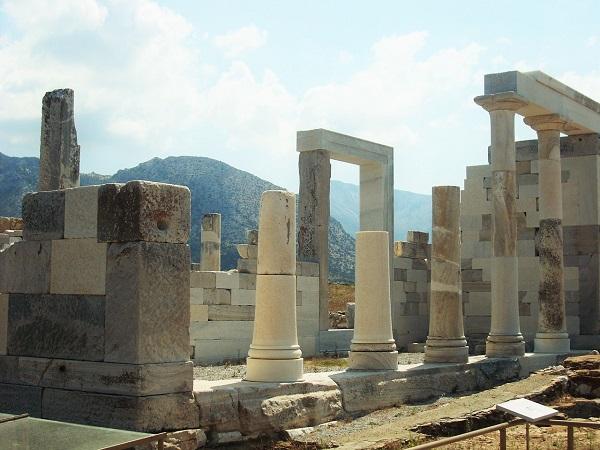 Delo, o Delos, è un'isoletta delle Cicladi, vicina alla più grande Mykonos.