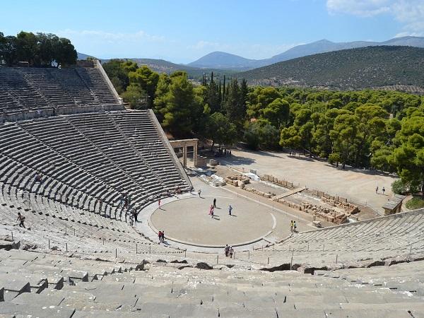 Il teatro di Epidauro è ben conservato, tanto che al suo interno vengono ancora messe in scena rappresentazioni.