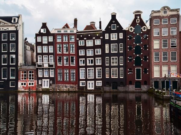 Entrare ad Amsterdam dai canali è emozionante: passata la chiusa di ingresso, ci si trova in una città splendida, che vista dall'acqua assume un fascino particolare.