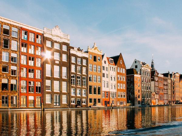 Attraversare i canali di Amsterdam in houseboat non è complicato, ma è bene seguire le indicazioni dei noleggiatori per evitare inconvenienti.