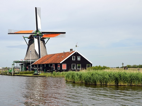 Mulino a vento a Zaandam in una giornata di sole