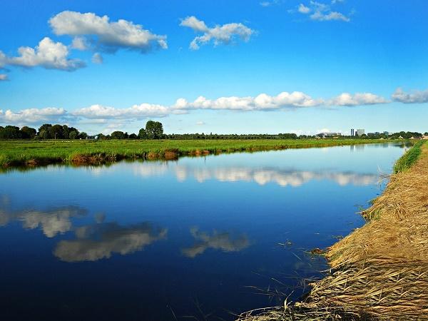 Un grande canale in cui si specchia il cielo d'Olanda.
