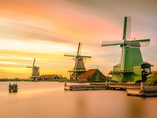 Una vacanza in Olanda in houseboat consente di apprezzare la natura e i famosi mulini a vento.