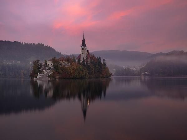 Fotografia dell'isola di Bled, in Slovenia, meta ideale per un weekend all'insegna del benessere.
