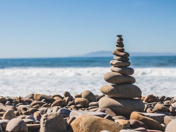 Fotografia di una piramide di sassi che rappresenta il delicato equilibrio del benessere che un weekend di viaggio, per quanto breve, può aiutare a ristabilire.