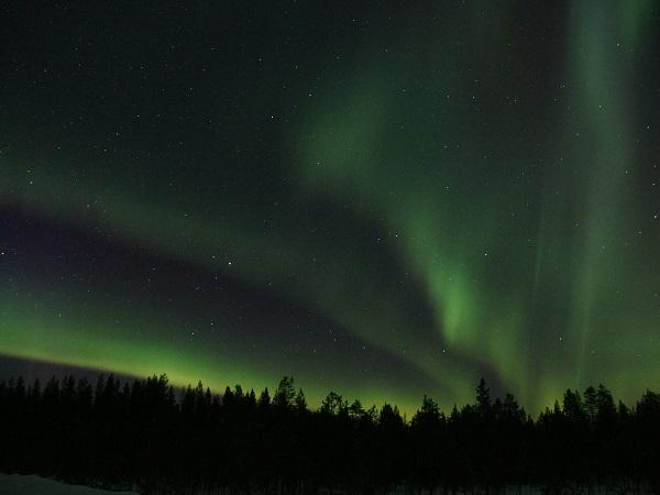 A nord della linea immaginaria del Circolo Polare Artico in estate si vede il sole sopra l'orizzonte anche a mezzanotte, mentre d'inverno per un certo periodo del sole non c'è traccia e il paesaggio innevato è illuminato dalle aurore boreali.