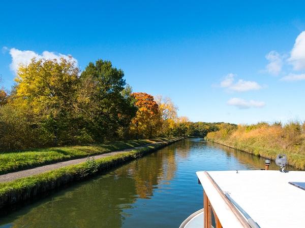 In houseboat puoi portare la bici, così di tanto in tanto, mentre qualcun altro guida, puoi fare un tratto di strada pedalando sull'immancabile pista ciclabile che costeggia i canali.