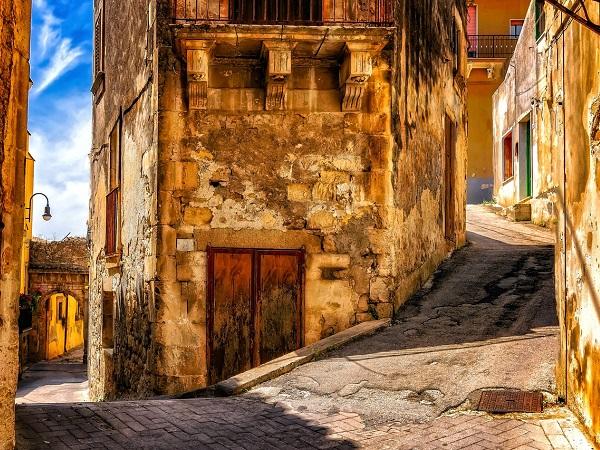 Modica (a 20 km da Ragusa) è una delle località più pittoresche della Sicilia, dichiarata Patrimonio dell'Umanità Unesco.