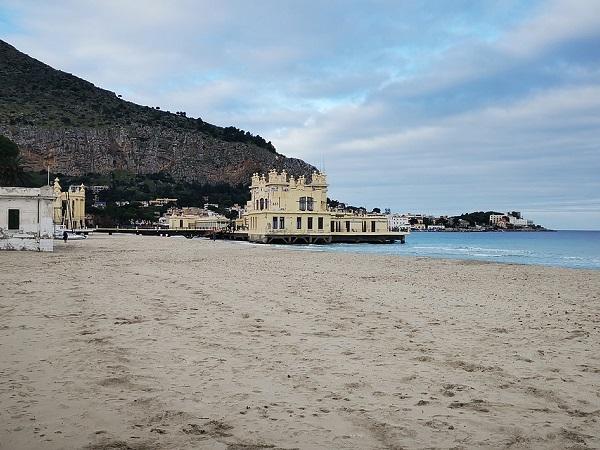 A Mondello, a 20 km da Palermo, è piacevole passeggiare ammirando gli edifici in stile liberty e il castello Zisa, edificato dai Normanni nel XII secolo.