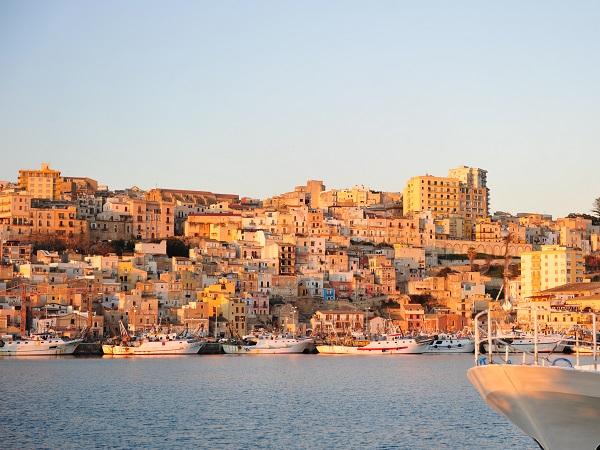 A 60 km da Agrigento, Sciacca è famosa per le spiagge sabbiose, le terme e le ceramiche.
