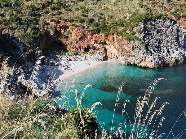 A circa 40 km da Trapani, non perderti Cala Capreria, una spiaggia di ghiaia bianca appartata all'interno della riserva naturale dello Zingaro.