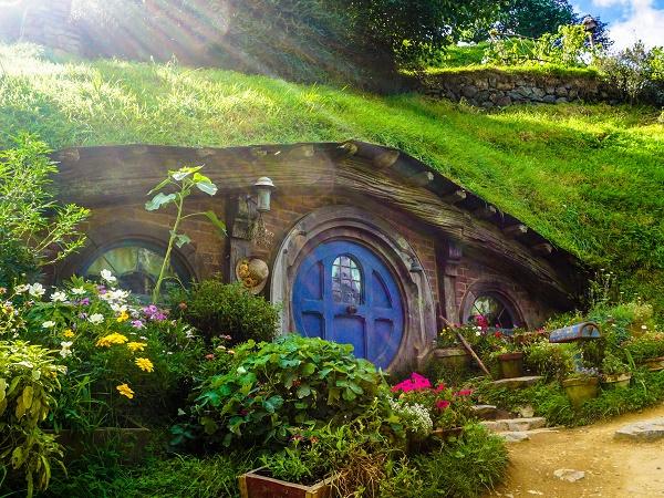 """La Nuova Zelanda è diventata famosa anche come location delle case degli hobbit de """"Il signore degli anelli""""."""