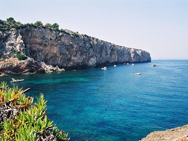 Cala Rossa, a Favignana (a 30 km da Trapani), è forse la spiaggia più bella d'Italia, all'interno dell'area marina protetta delle isole Egadi.