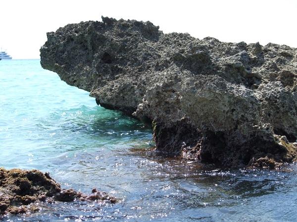 La spiaggia di Fontane Bianche, a 15 km da Siracusa, è famosa per la presenza di «fontane» da cui sgorgano rivoli di acqua dolce e per la sua sabbia bianca.