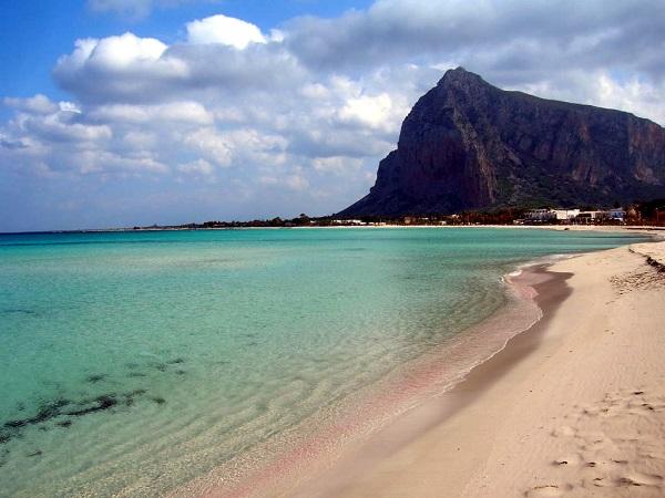 La spiaggia di Santu Vitu, a 35 km da Trapani, è di fronte a un delizioso paesino di basse case bianche tappezzate di rampicanti.