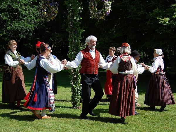 Un gruppo di danzatori in costumi tradizionali svedesi.
