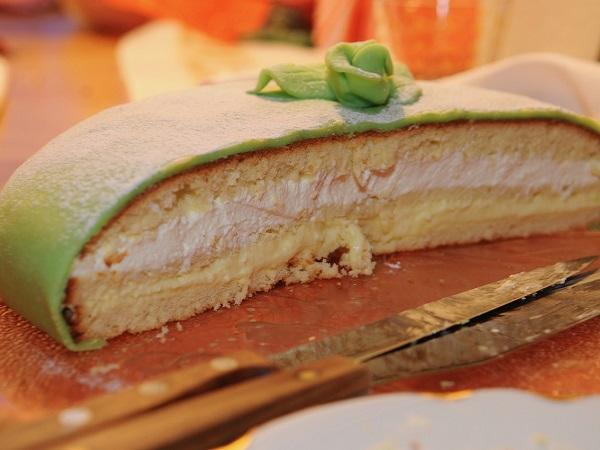 Uno dei dolci tipici della Svezia ricoperto dalla celebre pasta di zucchero di colore verde.