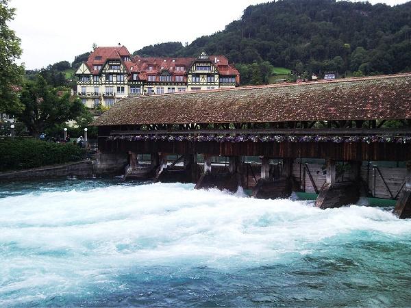 Thun è un paesino medievale molto caratteristico, con il suo ponte di legno della chiusa sul fiume Aare.
