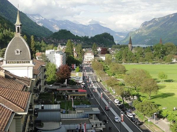 Il nome di Interlaken deriva dalla posizione della cittadina: si trova tra due laghi, quello di Thun e quello di Brienz.