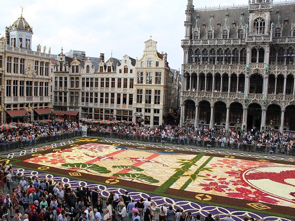Anche Bruxelles può essere meta di viaggi floreali: un tappeto di 600.000 fiori recisi, soprattutto begonie, colora la città ogni 2 anni.
