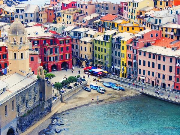 Se è di luoghi colorati che sei in cerca, ma non fuovi uscire dall'Italia, puoi puntare su Vernazza nelle Cinque Terre.
