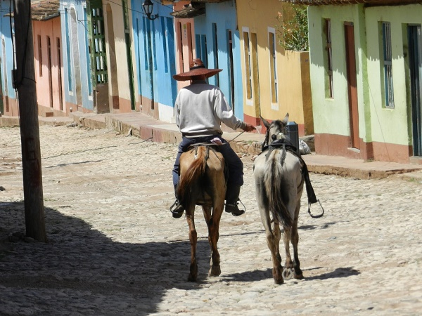 Ci sono luoghi colorati un po' slavati dal tempo, ma non meno affascinanti, come la cubana Trinidad.