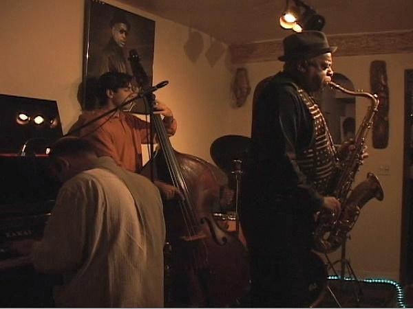 Cosa manca a New York? Di certo non la musica. Se blues & jazz dominano la scena musicale della metropoli, non mancano locali di tutti i tipi e per tutte le età.