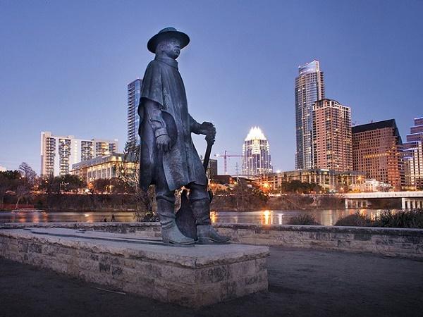 Ad Austin, nel profondo Sud americano, una statua si erge in memoria del famoso chitarrista Steve Ray Vaughan.