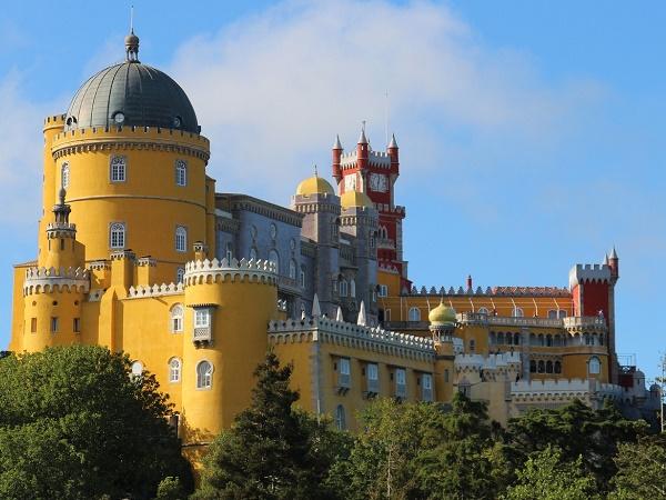 Il Portogallo offre molto: ecco Sintra con il variopinto castello.