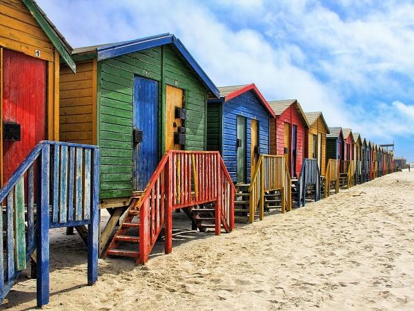 Le casette colorate della spiaggia di Muizenberg, non distante da Città del Capo.
