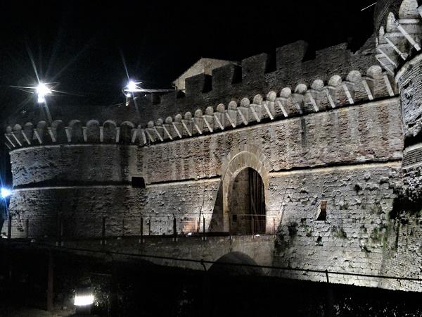 La porta d'accesso a Colle di Val d'Elsa si apre nella cinta muraria in pietra.