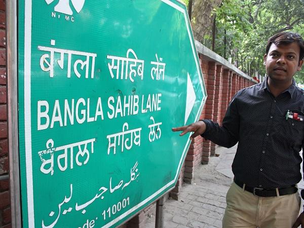 Tutti i segnali stradali in India sono scritti in quattro lingue: hindi, urdu, punjabi e inglese