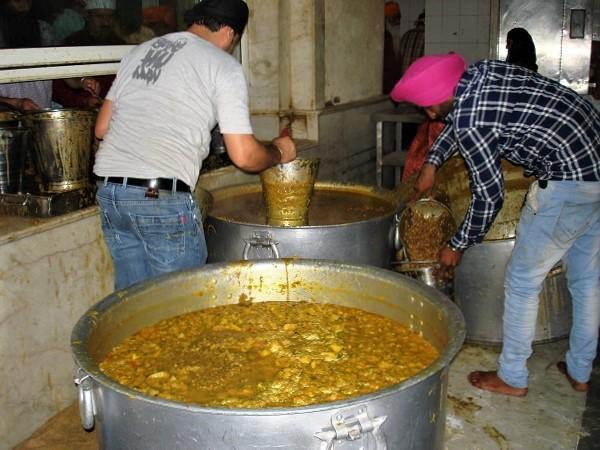 Un'esperienza per veri viaggiatori in India: un giro a piedi nudi nelle cucine del tempio sikh, dove decine di volontari preparano pasti gratuiti.