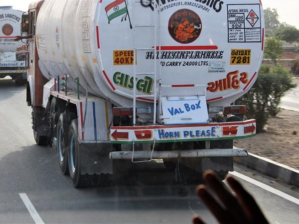 """Sconsiglio a chiunque di andare in India e noleggiare un'auto senza autista: la regola d'oro della guida indiana è """"accelerare suonando""""."""