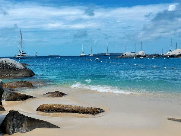 Un tuffo nell'oceano azzurro dei Caraibi alla Devil Beach di Tortola