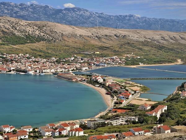 La città di Pag, in Croazia, si trova sull'isola omonima a circa 4 ore da Trieste.