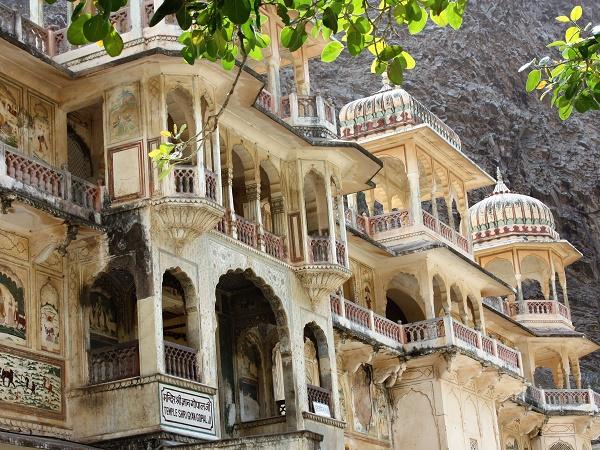 """Galta-Ji, """"il tempio delle scimmie"""": in India la popolazione crede che i turisti siano attirati da questo luogo abbandonato solo per la colonia di scimmie, quindi non si prendono cura del palazzo."""