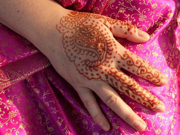 Vuoi provare una tradizione dell'India? Scegli il Mehndi, la decorazione del corpo con l'henné.
