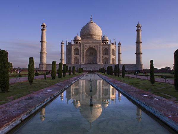Fare un viaggio in India e non visitare il Taj Mahal sarebbe imperdonabile. Per goderselo al meglio ti consigliamo di arrivare all'alba.