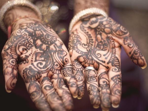 India, terra di tradizioni. Come la decorazione del corpo con l'henné.