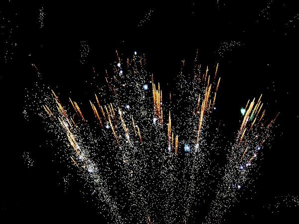 In Indonesia ogni anno si festeggia per 24 ore consecutive l'arrivo del nuovo anno lunare e l'evento culmina con i fuochi d'artificio ad illuminare la notte.