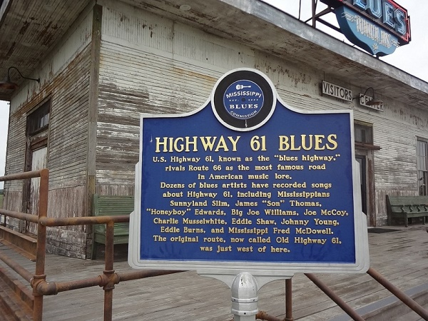La Highway 61 collega New Orleans a Chicago e percorrerla significa attraversare la storia del blues.