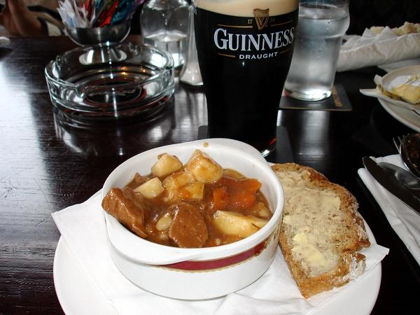 Se pensi all'Irlanda immagini subito una bella pinta di Guinness alla spina appoggiata su un tavolo di legno di un pub, accompagnata di un piatto di Irish stew.