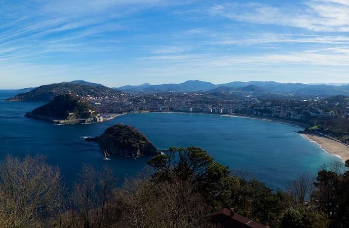 La piccola baia su cui affaccia San Sebastian, sulla costa settentrionale della Spagna.