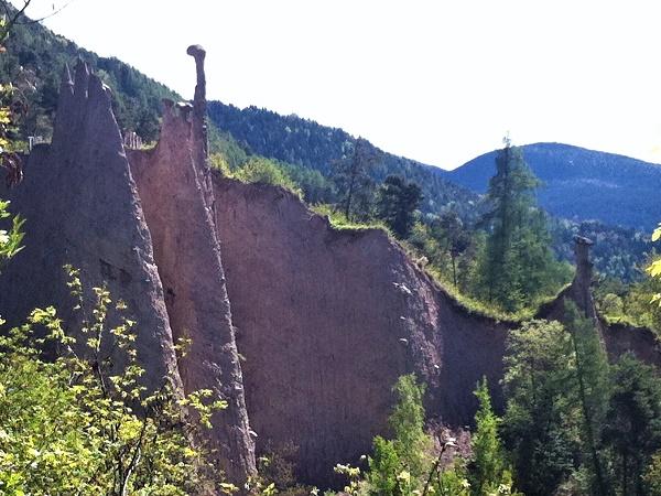 Il Trentino, tra l'altopiano di Pinè e la Val di Cembra, custodisce un raro fenomeno naturale testimoniato dalle Piramidi di terra di Segonzano.