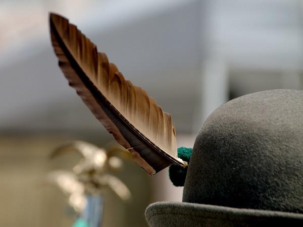 In Trentino si continua a tramandare la festa dei coscritti, durante la quale i ragazzi indossano un cappello da alpino con il proprio nome ricamato.