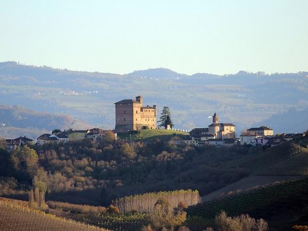 Alba è la patria del tartufo bianco, ma i vini della zona non temono confronti. Uno su tutti: il barolo.